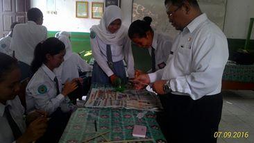 Penulis sedang Memberikan Arahan untuk Membuat Prakarya berupa Kipas Hias dari bambu
